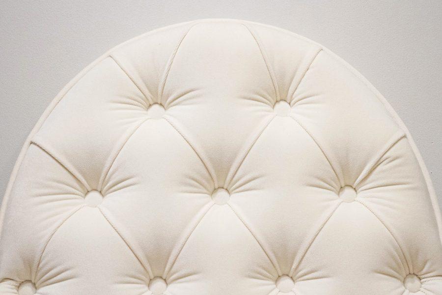 Zagłówek tapicerowany falisty pikowany w karo z guzikami w stylu nowojorskim. Subtelnie połyskująca tkanina aksamit Glam Velvet