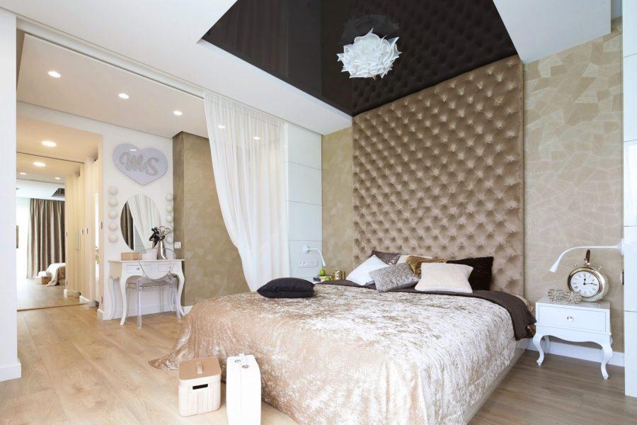 Ściana tapicerowana w sypialni dom Białystok, pikowanie z zakładkami i guzikami, welurowa tkanina Art Velvet