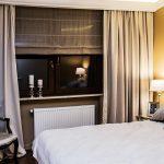 Zasłony i roleta rzymska w sypialni
