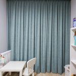 Zasłony miętowe w pokoju dziecka