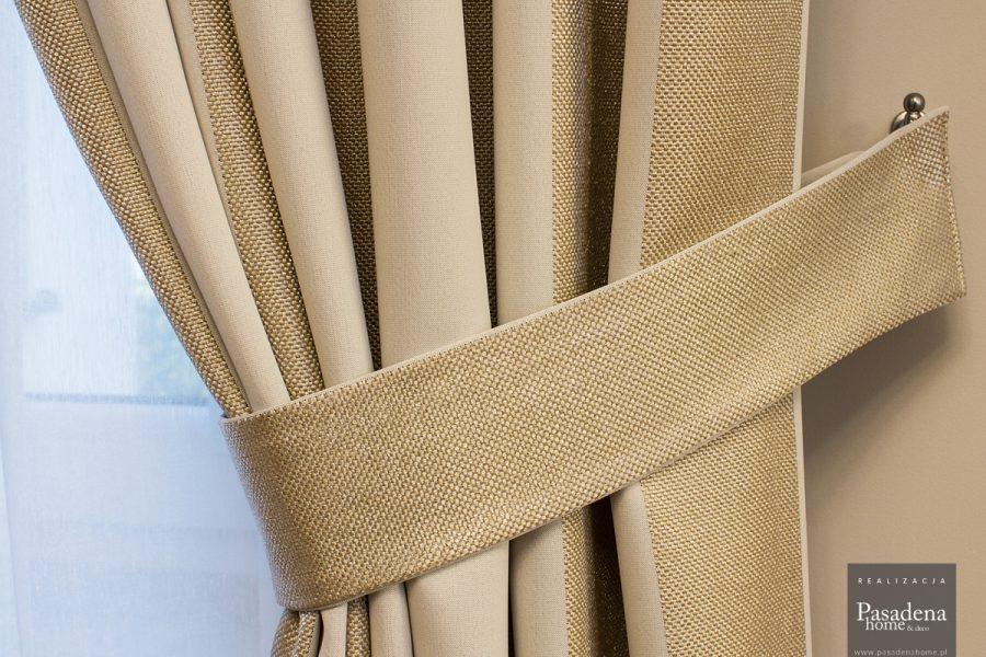 Zasłony i firany na srebrnym, podwójnym karniszu drążkowym. Tkanina zasłonowa w pasy Mami Mix 15 w kolorze beżowo-złotym podpiętą szarfą.
