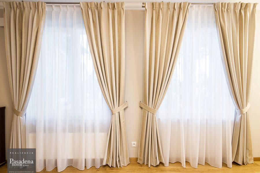 Zasłony i firany na srebrnym, podwójnym karniszu drążkowym, tkanina firanowa Larkin 02 zimna biel i zasłonowa w pasy Mami Mix 15 w kolorze beżowo-złotym.