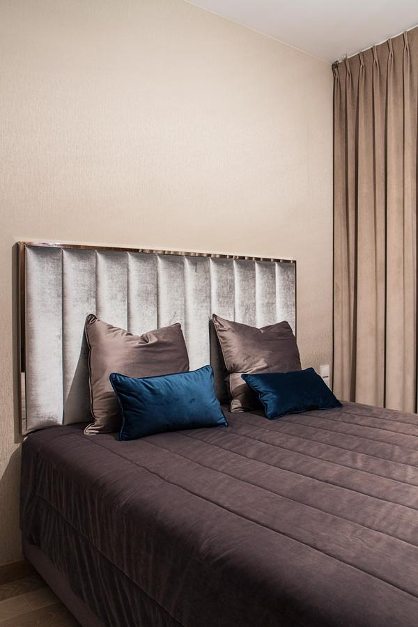 Zasłony welurowe w sypialni tkanina Art Velvet 04 kolor beżowy apartament Białystok. Zasłony na flexach, marszczenie 1:2 200%. Zagłówek z ramą ze stali nierdzewnej model 7.