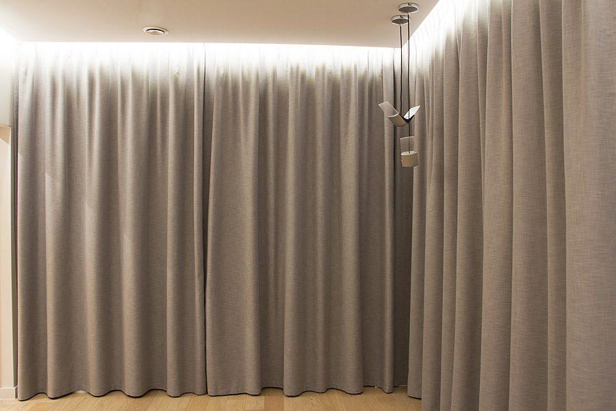 Zasłony zaciemniające w sypialni na fleksach i karniszach sufitowych Forest KS