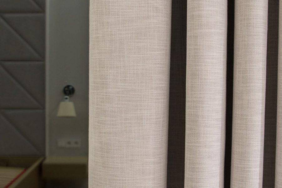 Zasłony zaciemniające w sypialni na fleksach, tkanina zaciemniająca Serendi o strukturze naturalnego lnu