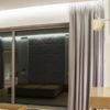 Zasłony zaciemniające w sypialni na fleksach dom Białystok. Tkanina zaciemniająca Serendi o strukturze naturalnego lnu, marszczenie 160%. Karnisze sufitowe Forest KS.