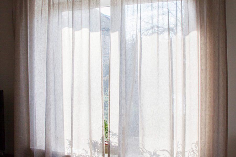 Zasłony w salonie realizacja sielski dom Białystok, zasłony lniane szare Linum Tori z wzorem w jodełkę