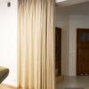 Zasłona dzieląca pokój na złotym karniszu sufitowym Forest KS. Tkanina dzieli salon z przedpokojem, materiał Tribeca 02, szycie na fleksach, marszczenie 160%.