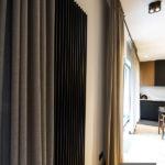 Firana na wymiar w salonie na czarnym karniszu – Moderno 03